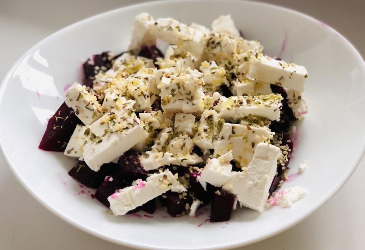 Легкий салат из свеклы с сыром фета